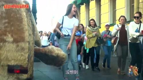 """街头测试:汽车改装成""""狗狗""""外形开上街,看外国女孩的搞笑反应"""