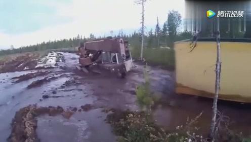 这是什么履带车,冲入河流,一点事情都没有!
