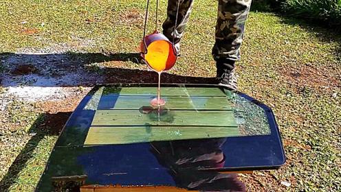 防弹玻璃遇到一千度度铜水会怎样?老外作死尝试,结果一目了然!