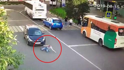 """小伙子这是""""金刚不坏""""之身啊!被撞后淡定离开,女司机一脸茫然"""