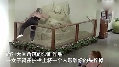 痛心!沙雕艺术品遭女子粗暴毁坏,雕像头部被直接拧掉