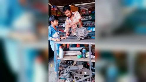 开挂的传承!印度大叔教印度小孩如何使用外挂
