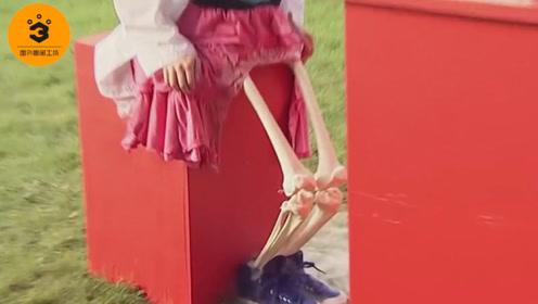 """女孩的双腿被洒上""""硫酸"""",转眼间变成白骨,路人吓得脸都白了"""