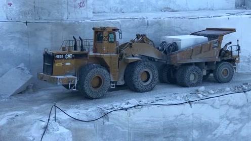 看看矿场几十吨的大理石装车,师傅这技术太赞了!