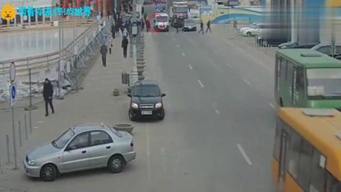 跟大货车抢道,被惨遭碾压,拍下她人生最后7秒!