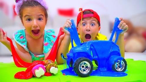 刚买来史莱姆,妹妹就把哥哥的小汽车扔了进去,玩到嗨不停!