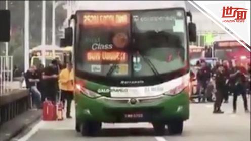 现场:巴西发生劫持人质事件 枪手劫持公交车与警方紧张对峙