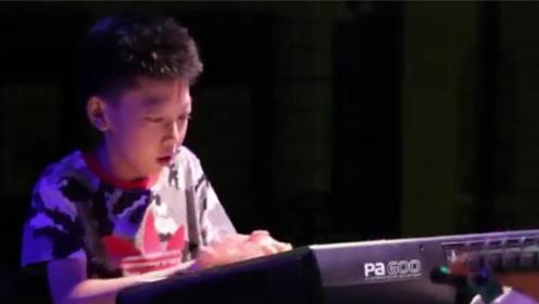 13岁男孩灵魂solo爵士钢琴,动作酷炫快到模糊
