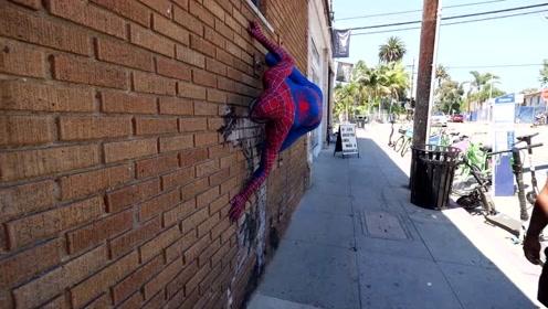 街头恶搞之现实版蜘蛛侠,虽没有超能力,但攀爬能力确实很牛!