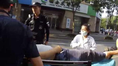 工人修空调触电心脏呼吸全停,民警跪地按压20分钟抢回一命
