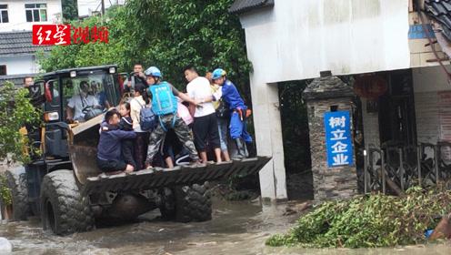 都江堰红十字蓝天救援队参与救援 转移水磨镇30多名被困群众