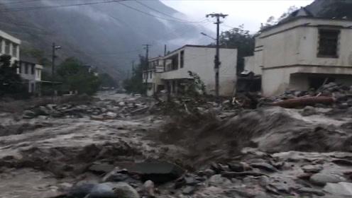 四川汶川境内遭遇强降雨 山体滑坡、泥石流致多处道路中断塌方