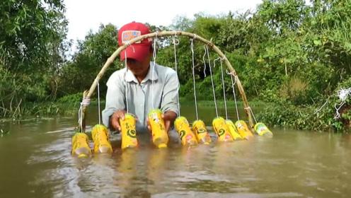 小哥想到的捕鱼方法,每只钩都中了鱼