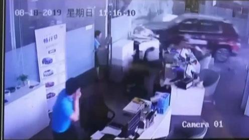 新手司机试驾油门当刹车一头撞进4S店 店员推门探头看懵
