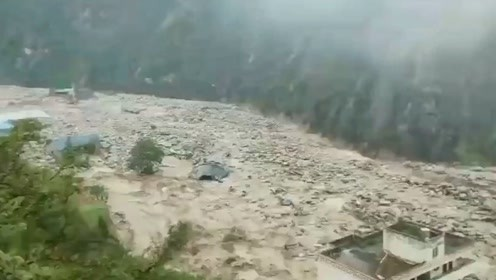 四川汶川因强降雨发生泥石流致交通中断 1名消防员救援中牺牲