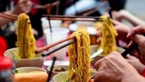 越南神奇面馆,筷子会悬在空中?中国5岁小孩一语道破玄机!