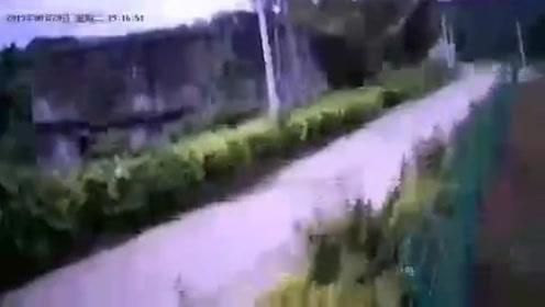 海南三亚一天连续两次地震 监控摄像头剧烈震动记录下地震瞬间