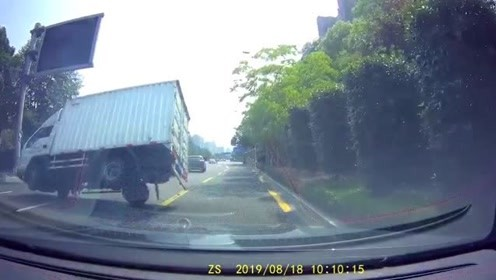 货柜车司机技术高超,快要翻的车都能拯救回来!