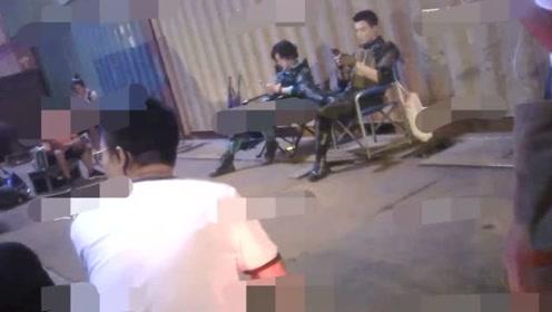 """鹿晗被""""错用""""后深夜现身剧组,搭档吴磊成""""低头族"""""""