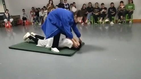 学舞蹈的男人太难了,被女老师一掰就成全场笑料