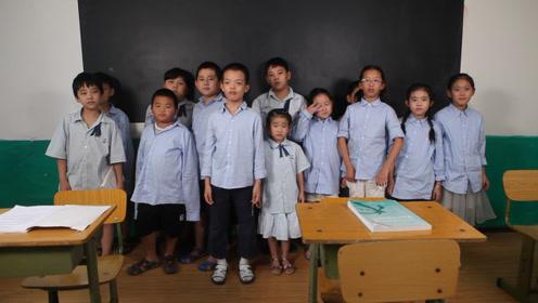 新老师在写字,同学们却躲在教室后面,只因他们发现了这个秘密