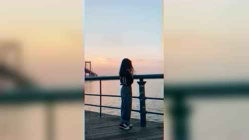 海边风很大,跳舞很轻松