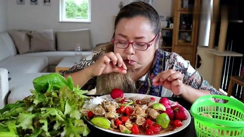 泰国阿姨吃播美食,辣拌面条+鲜虾+小螃蟹,配萝卜,鲜嫩鲜香爽口