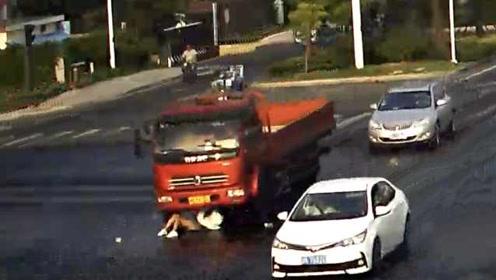 开车还能看热闹?大货车司机光顾看人家车祸,将女子卷入车下