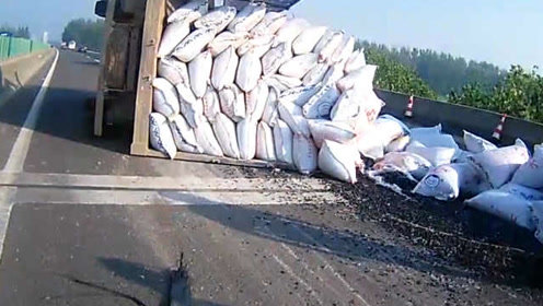 货车超载爆胎侧翻:7吨塑料颗粒撒路面,司机爬出驾驶室
