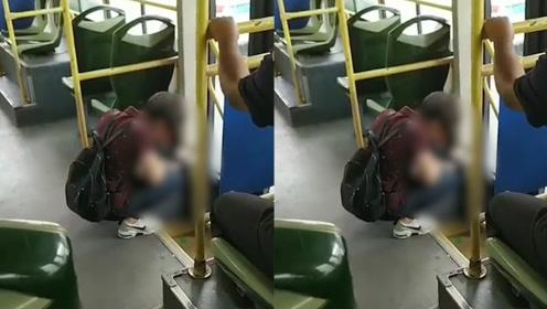 尴尬!厦门一女子公交内当众给孩子把尿,乘客下车必经之路被污染