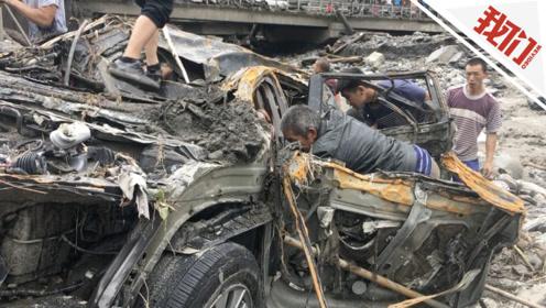 四川阿坝:车被洪水冲下河 水退后村民撬车寻找重要资料