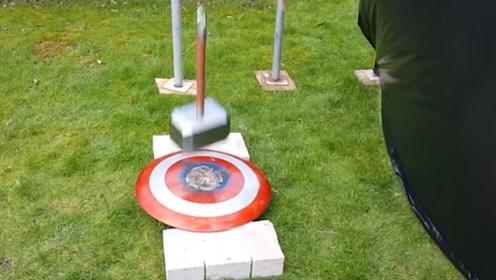 小伙奇葩实验,雷神之锤VS美队盾牌,砸下来的瞬间意外发生了!