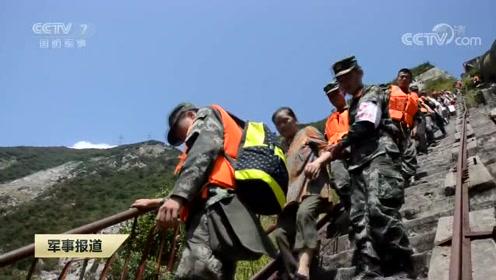 洪水退去武警官兵协助灾区恢复生活秩序