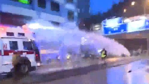 非法示威者在荃湾与警察对峙 警方首次出动水炮车