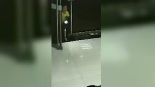 6岁娃深夜跑派出所报警 警察赶到后看到孩子父母浑身是血