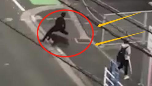 男子路上被野猪撞飞,遭多次顶撞撕咬,镜头记录全过程!