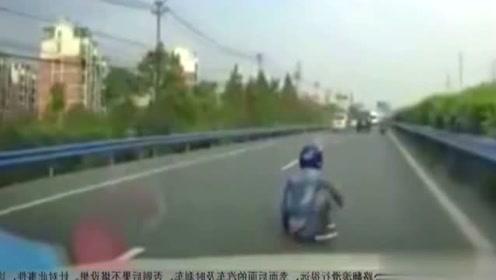 五菱车司机生气后怒撞摩托车引发车祸后逃逸