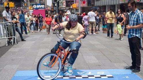 天上掉馅饼?自行车骑3米就有300美元!路人尝试,结果很意外