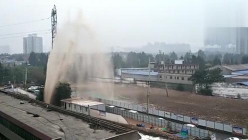 西安一自来水管受施工影响断裂 水柱冲天而起喷出近十米高