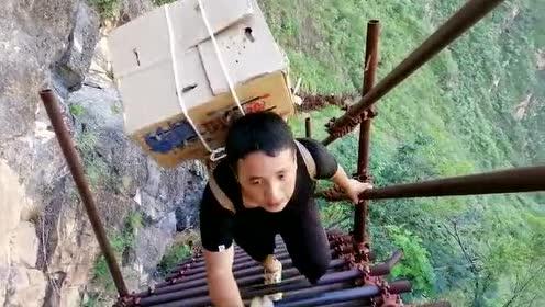 #在大凉山,悬崖村不止一个#瓦伍社上山路:这段钢梯在2017年建成,全长300米,攀爬时考验耐力,沿途多处被山上滚石砸坏。