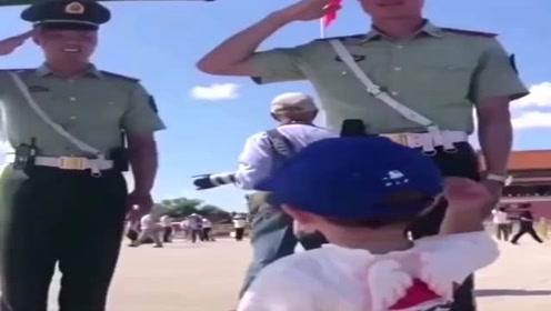正能量:孩子跟兵哥哥行军礼,每个回礼都认真严肃,值得尊敬!