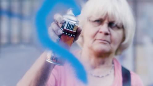 国外72岁老奶奶爱玩涂鸦,还顺带清理小广告,看完让人佩服!