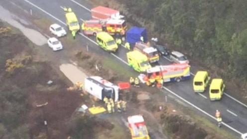新西兰一辆载有23名中国游客的旅游大巴侧翻 致6死17伤