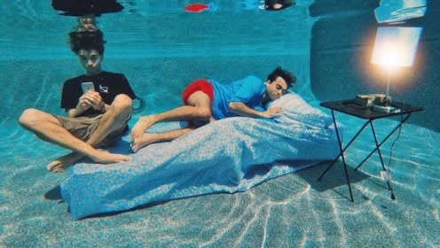 老外为了度过炎热夏天,直接将床搬到水下,妈见打系列!