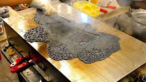 """泰国街头""""水泥""""煎饼,看上去黑乎乎的,为啥游客还疯狂购买?"""