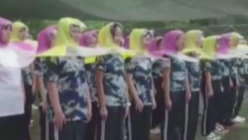 谁说下雨天不军训?学校自备军训防雨神器,现场画面十分呆萌