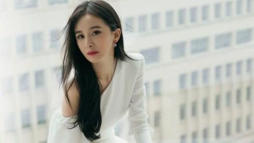 杨幂穿白色连衣裙出席品牌活动 看到粉丝行为后表情耐人寻味