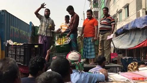 去孟加拉国旅游,实拍达卡的水果市场,看看水果新鲜吗?