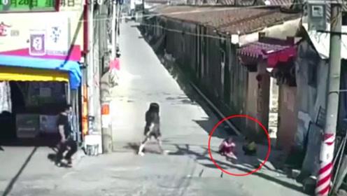 姐弟俩蹲巷子口玩,丝毫不知危险的临近,家人看完崩溃了
