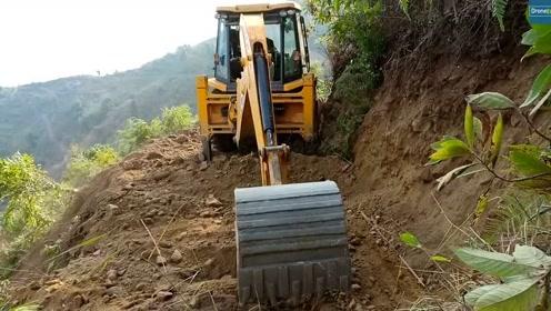 JCB反铲装载机为村民准备狭窄的山路